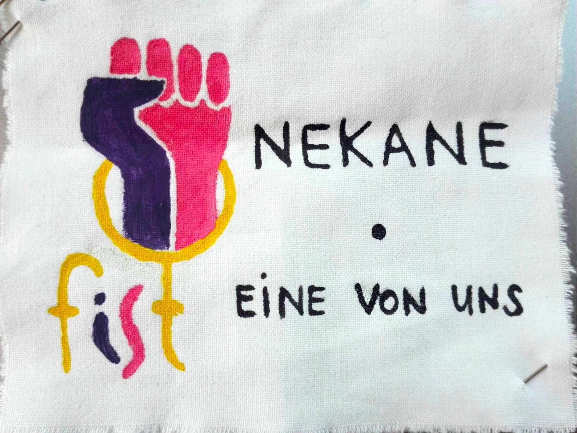 """Kleines Transparent auf dem das Logo von Fist gezeichnet ist und daneben steht """"Nekane • Eine von uns"""""""