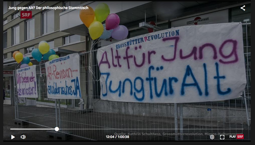 Screenshot aus dem SRF BEitrag, verschiedene Transparente der GrossmütterRevolution auf dem vordersten steht Alt für Jung Jung für Alt