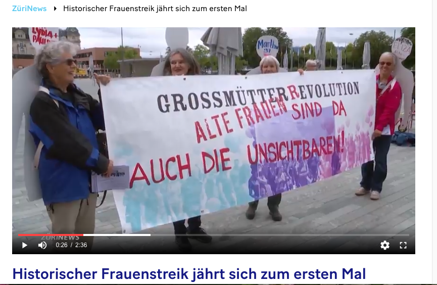 Screenshot des Tele Züri Beitrags über die Grossmütter Revolution, vier ältere Frauen tragen ein Transparent auf dem steht: GrossmütterRevolution Alte Frauen sind da auch die unsichtbaren