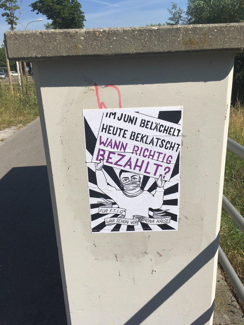 """Foto eines plakatieren Plakates auf dem eine gezeichnete Person ein Plakat in die Höhe hält auf dem steht """"im Juni bezahlt heute beklartscht, wann richtig bezahlt?"""" darunter ist ein Banner auf dem steht """"für FTIQ* war schon vor Corona Krise"""""""