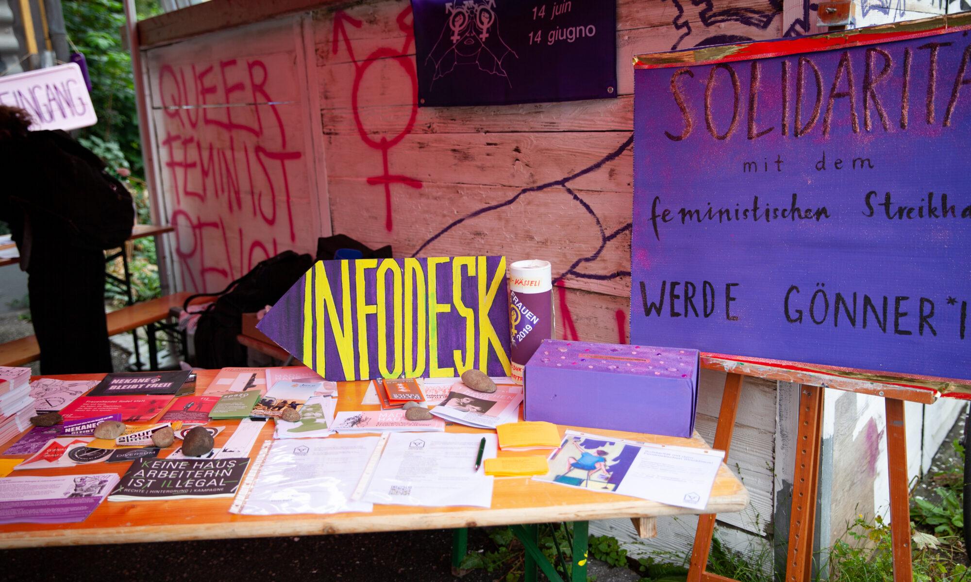 Bild des Infostands. Mehrere Schilder und Flyer sind aufgehängt oder aufgelegt.
