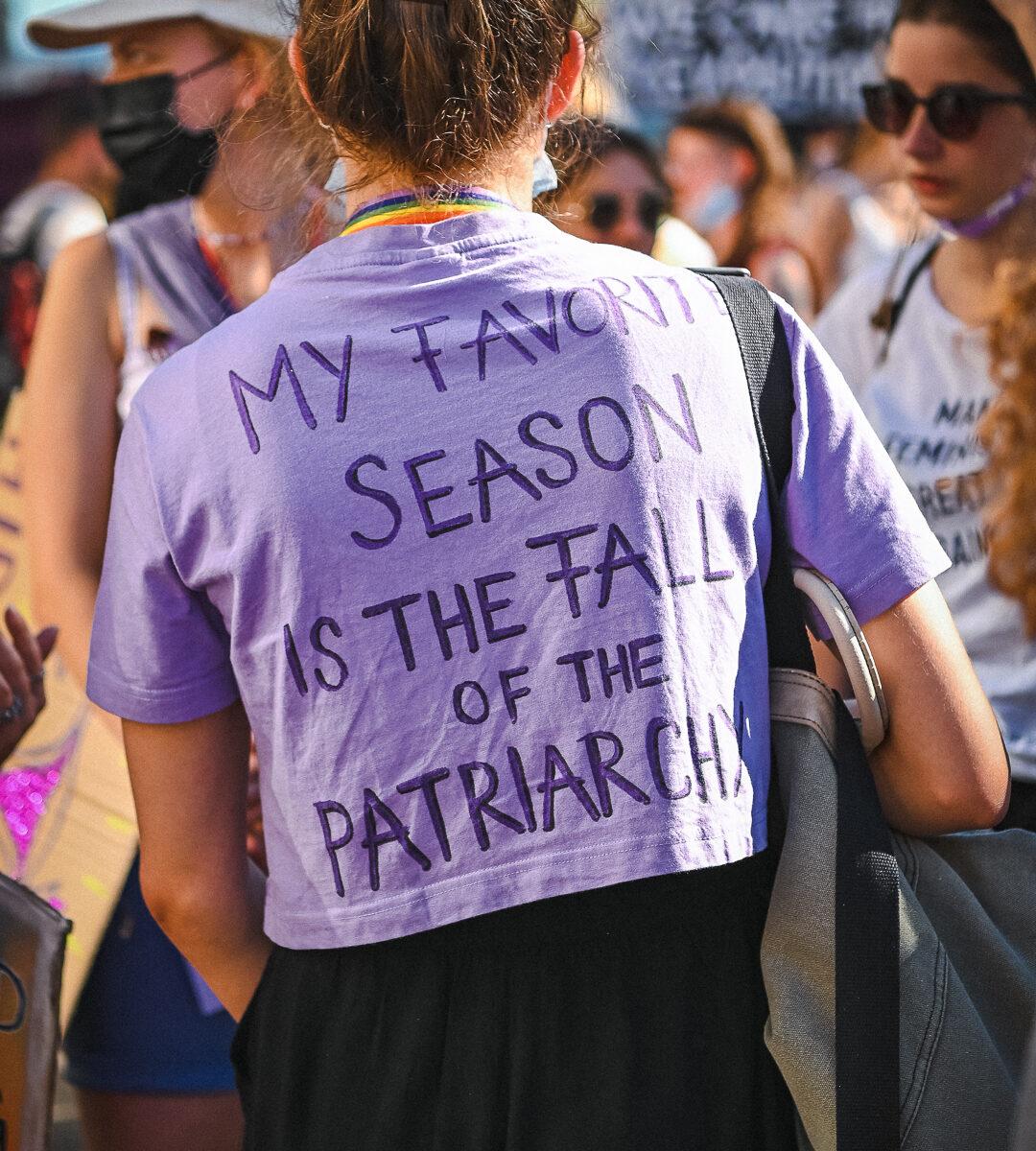 """Foto fon der Demonstraton am 14.6. eine Person wurde von hinten fotografiert, auf ihr violettes Shirt hat sie folgendes geschrieben. """"My favorit Sason is the Fall of the Patriarchy"""""""